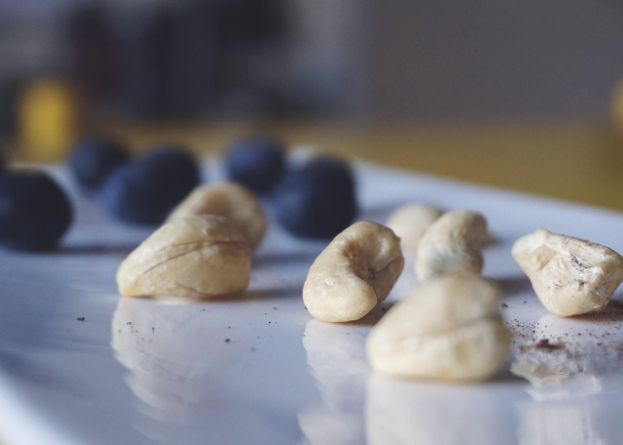 ek-cashew-mustikka2.jpg