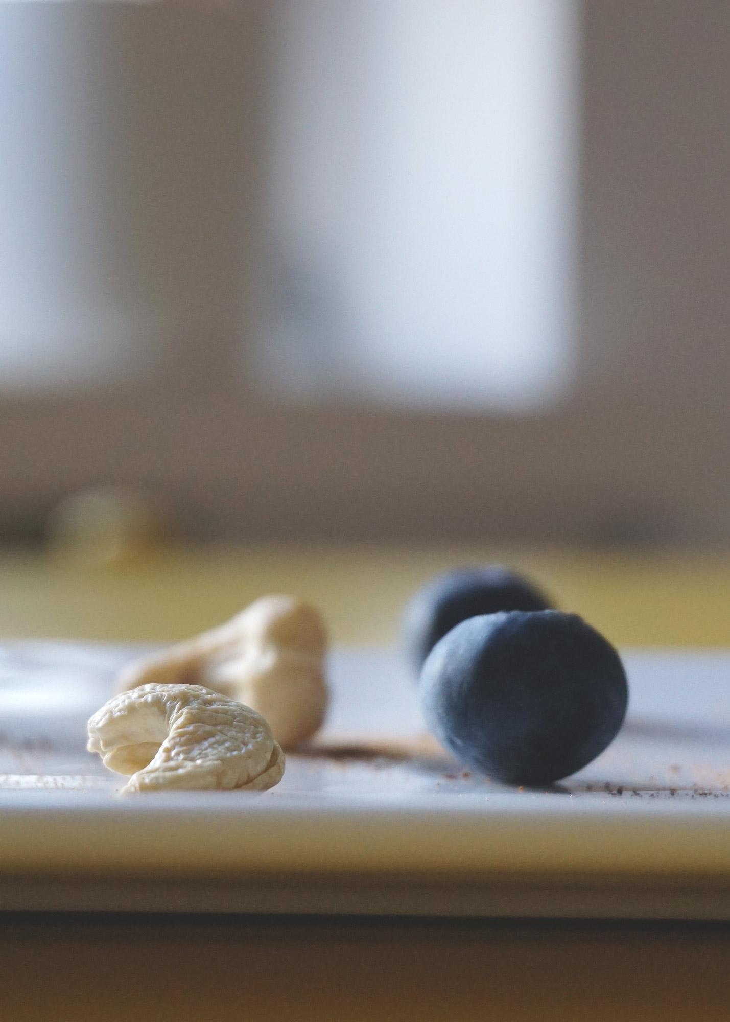 ek-cashew-mustikka3.jpg