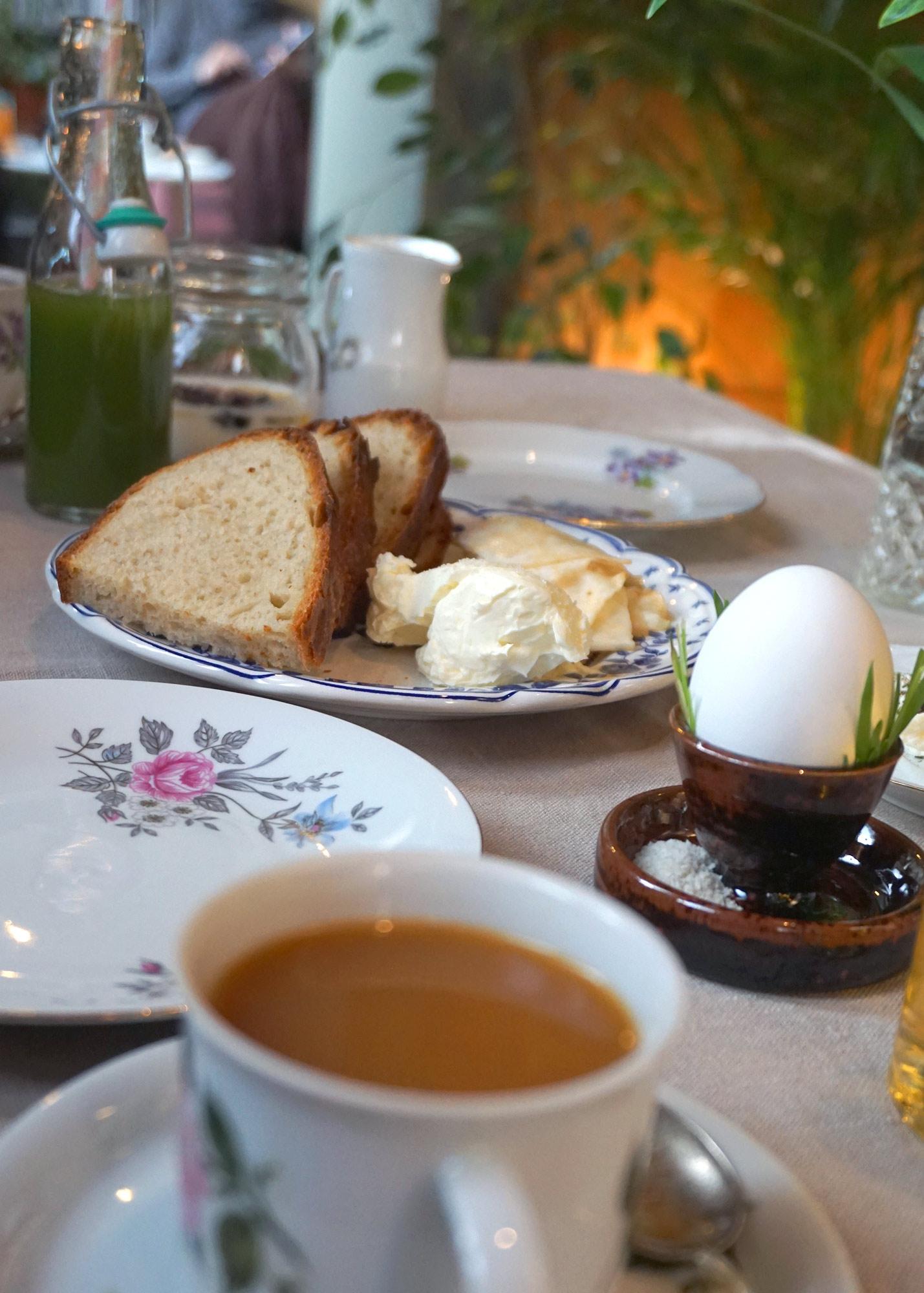ek-cafe-victor-aamiainen-poyta2.jpg