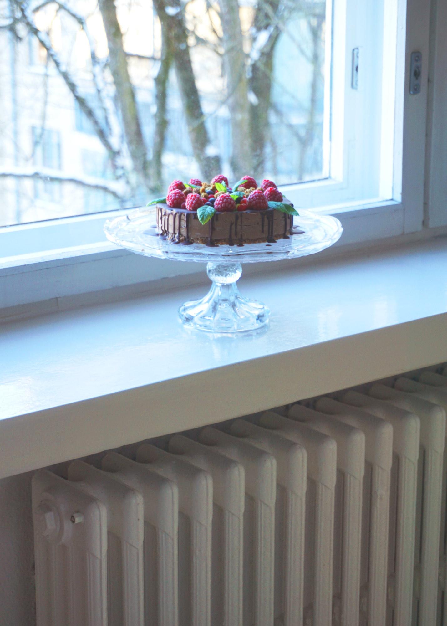 ek-raakakakku-suklaamousse-jalustalla.jpg