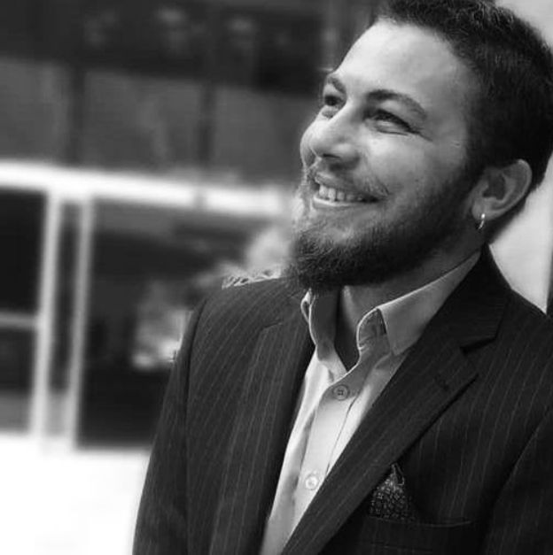 - MERT CANER1988'de İstanbul'da doğdu. 2005 yılında girdiği Anadolu Üniversitesi, Güzel Sanatlar Fakültesi İç Mimarlık Bölümü'nden 2010 yılında mezun oldu. 2010-2018 yılları arasında çeşitli iç mimarlık ofislerinde çeşitli ölçeklerde yoğunluklu olarak konut, ofis olmak üzere, büyük ölçekli otel, AVM, restoran, mağaza, showroom, fuar standı gibi projelerin içmimari tasarım, şantiye takibi, 3D görselleştime çalışmalarında bulundu. Mobilya Sanayicileri Derneği yarışması Kanepe Kategorisinde 2.lik ve Mansiyon ödülleri bulunmaktadır.