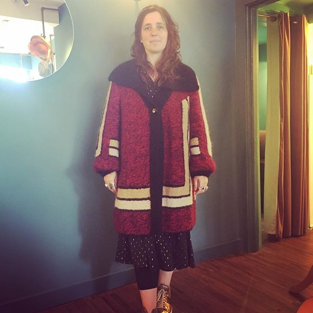 The amazing Jayne looking fabulous in her French burgundy knitted coat! 💚💕 #vintagestyle #sustainablefashion #broadwaymarket ##