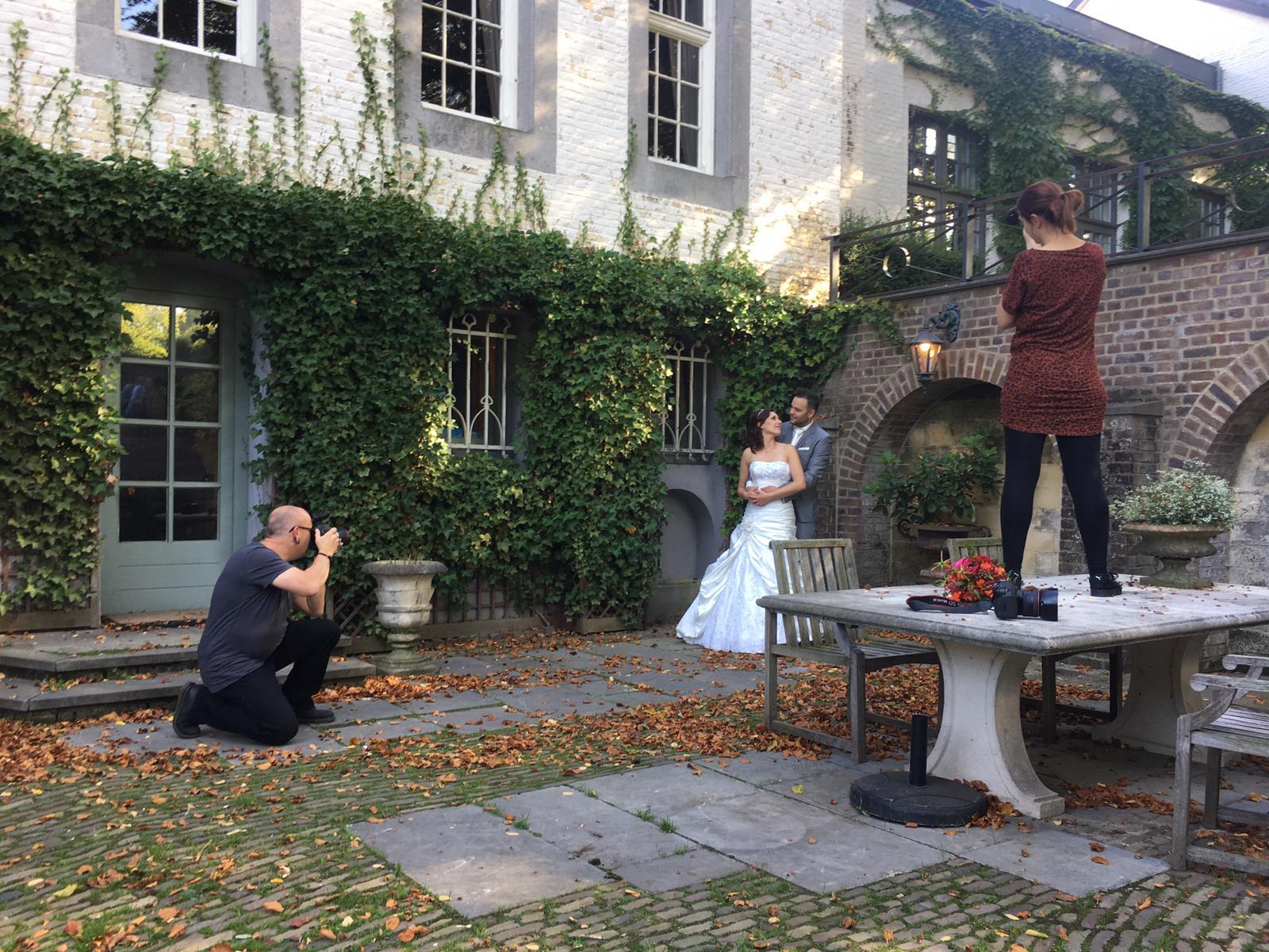 Hier ben ik aan het werk tijdens een workshop trouwfotografie, waarbij gebruik gemaakt wordt van Moment Design technieken