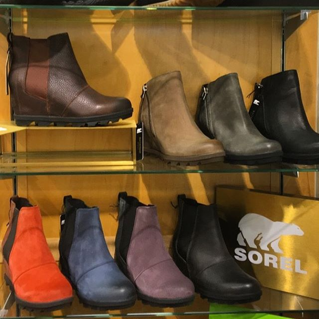 DID YOU KNOW...every time a Chicagoan complains about the humidity, your local shoe store receives a Sorel boot delivery (in August 😅) good thing they are absolutely adorable! Which color will you be getting? Dibs on the red! ❤️ #shoelaceinc #sorel #joanofarcticwedge #dogdaysofsummer #fallcanwait #shoppingcannotwait