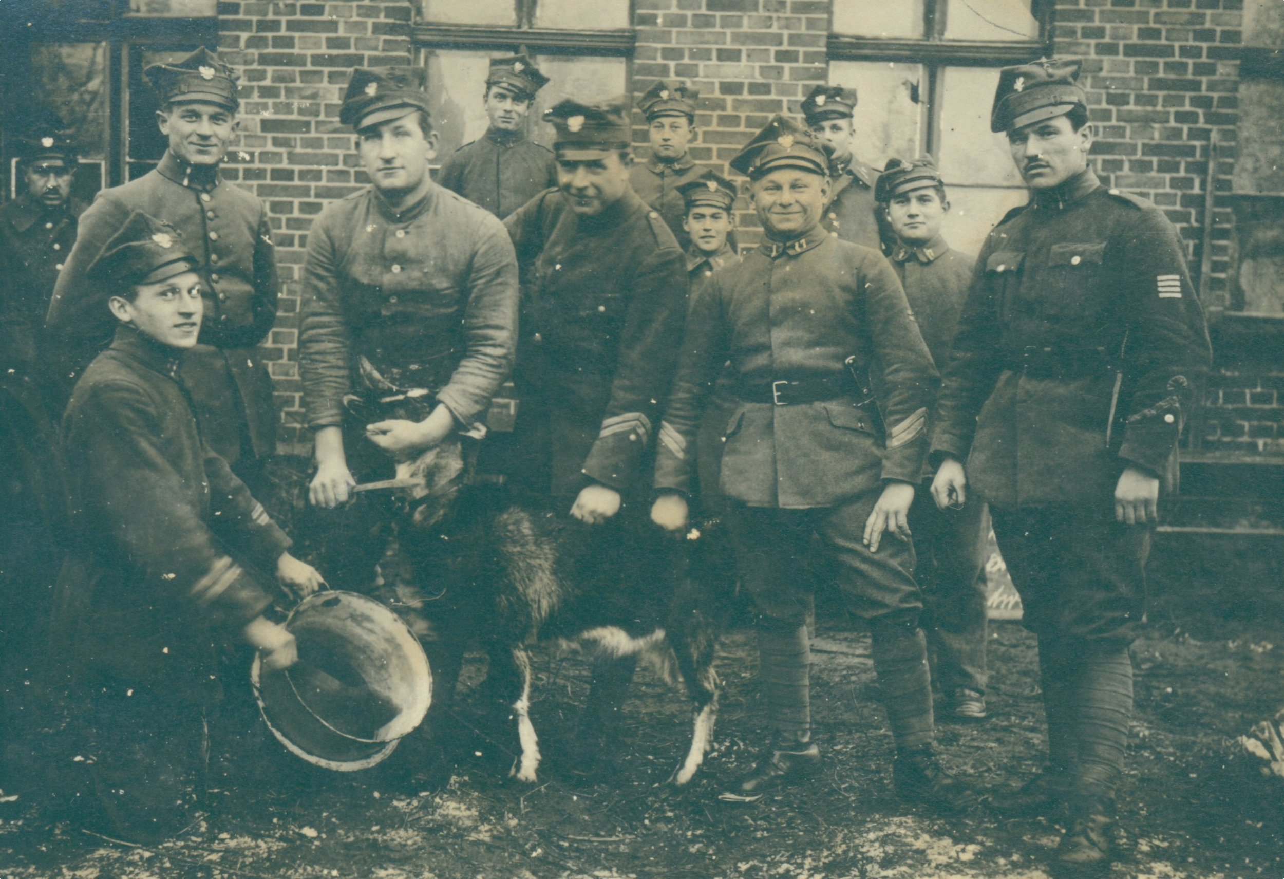 FH 17  Placówka w Ludwikowie - zabawa z kozą. 1919 r..JPG