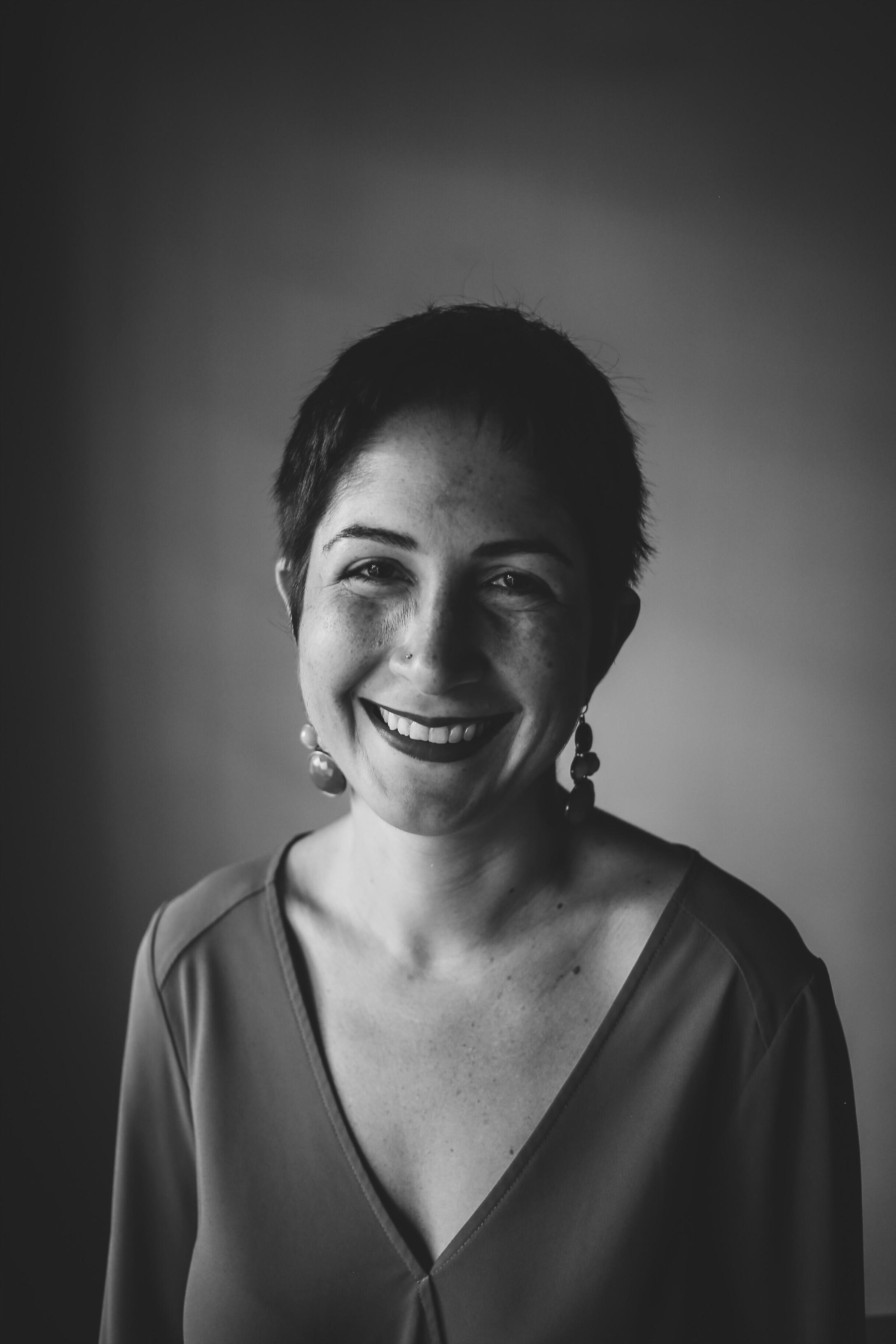 """LEILA NILIPOUR   Mientras trabajaba con poblaciones rurales en El Salvador en 2010, como parte de su maestría en nutrición, Leila se dio cuenta de que más le interesaban las historias humanas que sus hábitos alimenticios. Y después de vivir unos meses con su abuela paterna en Irán en 2014, finalmente tomó la decisión de convertirse en periodista. Escribió por casi dos años para La Estrella de Panamá, el diario más antiguo del país. Durante ese tiempo, su trabajo recibió múltiples reconocimientos nacionales. Actualmente persigue historias científicas para el Instituto Smithsonian de Investigaciones Tropicales y es miembro del colectivo de periodistas Concolón. Su más reciente sueño se ha hecho realidad: producir un podcast en español desde el istmo centroamericano, con el cual ganó el Premio Nacional de Periodismo radiofónico con el episodio """"Si desaparezco no me busquen"""".    @lei.nilipour"""