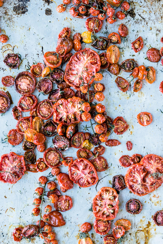 Ofengetrocknete Tomaten auf dem Blech
