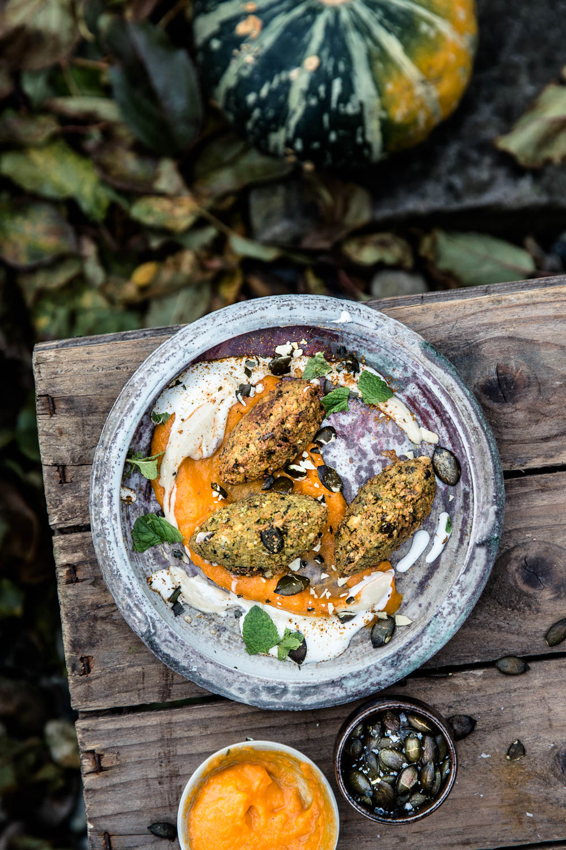 Kürbiskernfalafel mit Kürbiscreme und Joghurtsauce