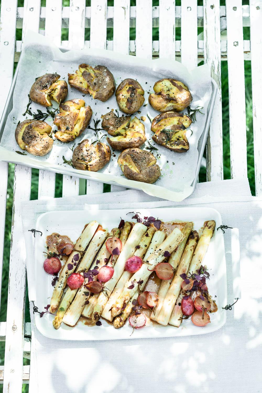 Spargel und Radieschen vom Blech mit Quetschkartoffeln - veggielicious | gemüse. fotos. rezepte.