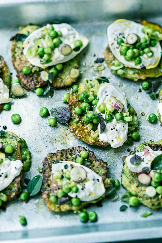 Erbsen-Pancakes mit Burrata und marinierten Erbsen- veggielicious | gemüse. fotos. rezepte.