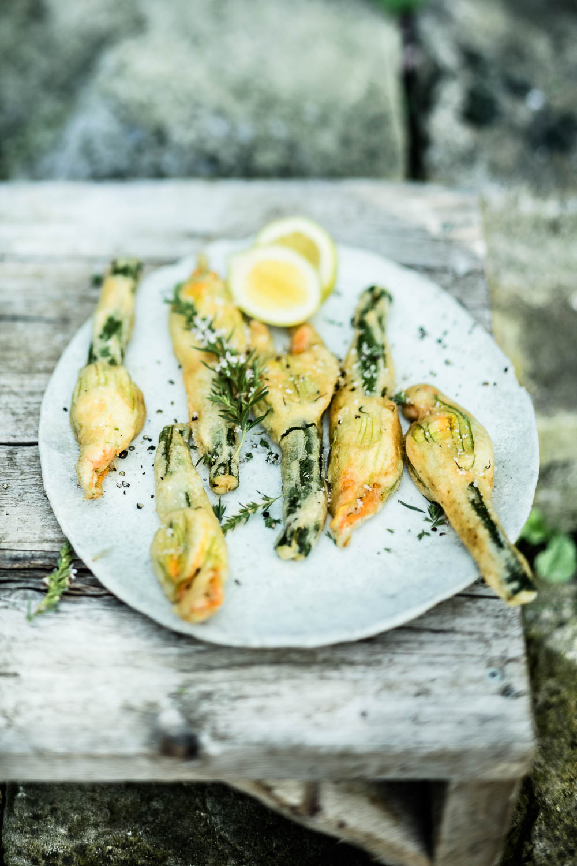 Zucchiniblüten durch einen leichten Backteig ziehen und knusprig ausbacken - veggielicious | gemüse. fotos. rezepte.