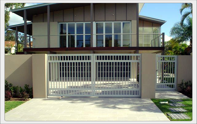 The gate picks up elements of the house creating a unified look.