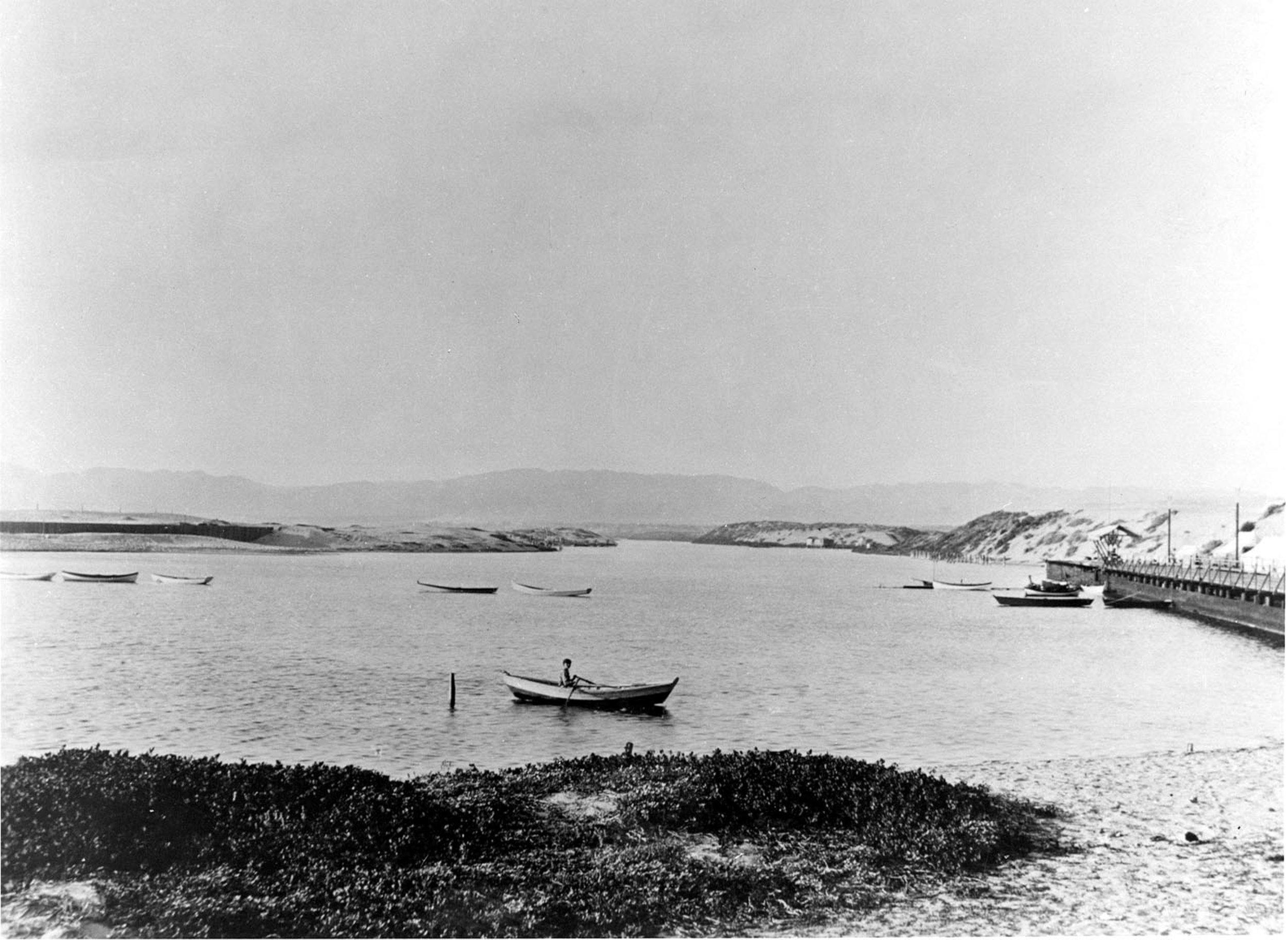 HP118BW-PDR-Lagoon-man-in-rowboat-1890s.jpg
