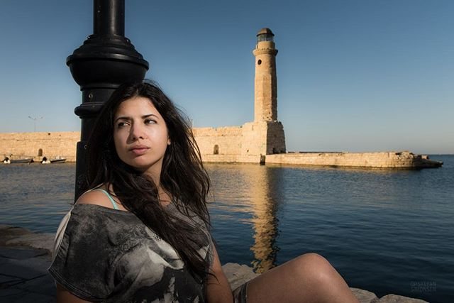 #bts #fromthearchives Sometimes you just need to take a photo quick and dirty with what's available atm. In this shot in the beautiful venecian harbor of #Rhetymno on #Crete with my friend @giannis_kandilakis some years ago I had only one bare Nikon SB-900, triggered by the internal flash of the #nikon. By placing the model in the shadow, exposing for the sunny background and pointing the speedlite without modifier on her I got some decent shots. A #val (voice activated lightstand 😬) helped a lot to get the photo in just three minutes... Key was to place her in the shadows. We wouldn't be able to overpower the harsh sun with only one #speedlite ! .... #strobist #sb900 #strobistphotography #strobist #behindthescenes #photographytips #phototips #simonsenphoto #model #modelshot #lifestylephotography #portraitphoto #portraitphotography #nofilter #nofilterneeded