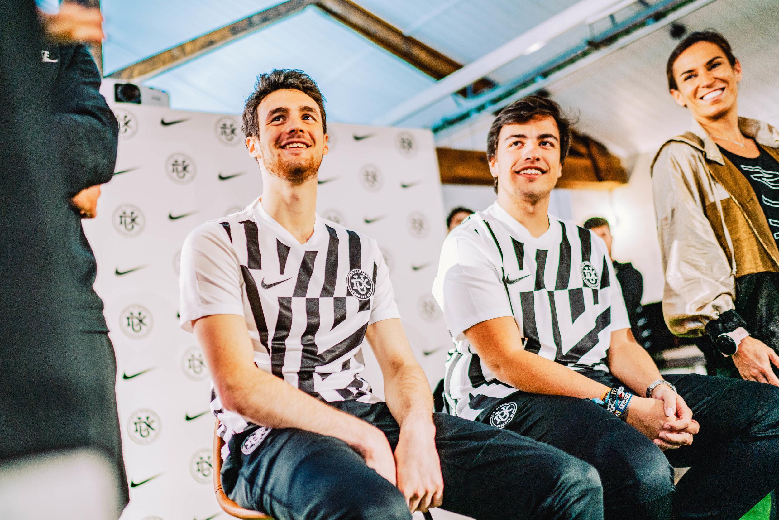 Nace el club de FIFA DUX Gaming en Barcelona de la mano de Nike - Acercar los esports y el deporte a todos los públicos y crear contenido para entretener y aprender. Esos son los dos grandes objetivos de DUX GAMING, un nuevo club de eSports que acaba de irrumpir en el panorama español de la mano de Vizz Agency.Inicialmente el club, cuya sede está en Barcelona, se ha centrado en FIFA y lo ha hecho de la mano de dos de los jugadores más reconocidos en España: Jaime Álvarez, 'Gravesen', y Carles Santaló, 'Kolderiu19'.Gravesen es cuatro veces campeón de FIFA de España y Carles es conocido tanto en el aspecto competitivo como en la creación de contenido en su canal de Youtube que cuenta con cerca de medio millón de suscriptores.Uno de los aspectos más destacados del nuevo equipo es que compagina el entrenamiento de eSport con la actividad física, una adecuada alimentación y sesiones de mindfulness. Los estudios demuestran que el ejercicio físico ayuda a los jugadores a mejorar su rendimiento en los deportes electrónicos. La resistencia o los reflejos son claves para estos profesionales.Para reforzar este área, DUX GAMING ha alcanzado un acuerdo de colaboración con Nike, que ha creado un plan de entrenamiento físico, mental y nutricional gracias a diversos expertos.Los entrenamientos tendrán lugar en BOX Barcelona, la casa del deporte. Un espacio creado por la marca para dar cabida a distintos colectivos y prácticas deportivas que se realizan en la playa de La Barceloneta.DUX ha elegido también a Nike como proveedor de su equipación que, diseñada por el propio equipo, presenta un look muy sofisticado y rompedor.