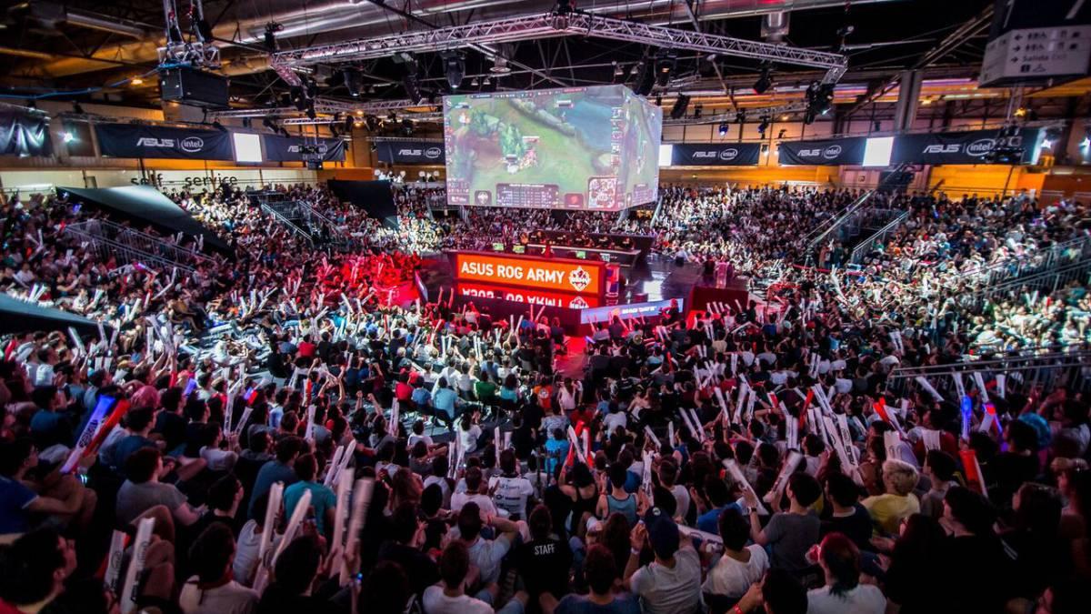 Los 100 YouTubers regresan a Gamergy para una nueva edición del Battle Royale de Fortnite - La décima edición de GAMERGYy, el evento de e-sports que organizan IFEMA y LVP (Grupo MEDIAPRO), ya tiene su plato fuerte: Stars Battle Royale. O, lo que es lo mismo, 100 creadores de contenido de primer nivel internacional, entre los que ya se encuentra LOLITO FDEZ., volverán a GAMERGY para un nuevo espectáculo de Battle Royale de Fortnite. GAMERGY se celebrará del 21 al 23 de junio próximos, en la Feria de Madrid.El Stars Battle Royale, como se ha bautizado la segunda edición de este show que organizan IFEMA y LVP junto a Webedia y VIZZ, se disputará el viernes 21 de junio, en un escenario para alrededor de 2.000 espectadores, un 20% más que la anterior edición. Las entradas ya se han puesto a la venta a un precio de 10 euros, aunque los que no puedan asistir a Gamergy también tendrán la oportunidad de seguir el show desde los canales de los diferentes creadores de contenido. Stars Battle Royale arrancará a las 16:30 horas.Tal y como sucedió en la anterior edición, un centenar de los creadores de contenido más famosos del mundo serán los protagonistas sobre el escenario de GAMERGY. Cinco partidas de Fortnite Battle Royale en las que primará el espectáculo y las sorpresas, y en las que LOLiTO FDEZ. y compañía tendrán la oportunidad de disfrutar de nuevo de un acontecimiento único en nuestro país.Orange, Font Vella, Philips OneBlade, Toy Partner, Domino's Pizza y El Corte Inglés, Intel y Omen by HP son los principales patrocinadores de un evento que volverá a hacer historia desde GAMERGY.¡Entradas ya a la venta!LOLiTO FDEZ., el primero en sumarse a la acciónEl malagueño LOLiTO FDEZ., creador de contenido especializado en Fortnite y una de las grandes estrellas de la anterior edición, ha dado el pistoletazo de salida al Stars Battle Royale. LOLiTO ha convocado al resto de YouTubers de habla hispana a asistir a la segunda edición de un espectáculo que promete tantas emociones c