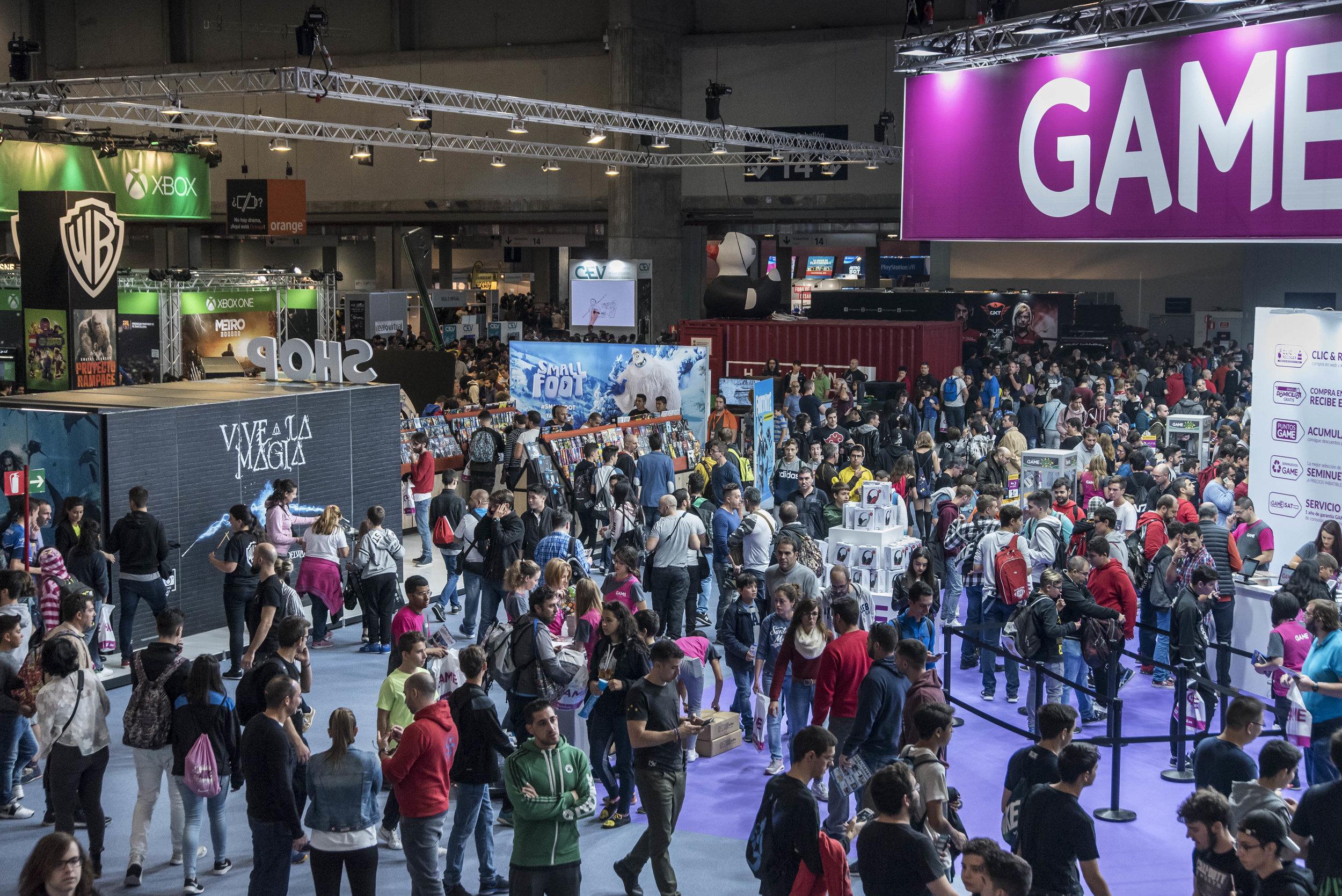 La Madrid Games Week se celebrará del 3 al 6 de octubre - Ya está en marcha una nueva edición de Madrid Games Week, la gran feria de la industria del videojuego y una de las citas más esperadas por el público aficionado al mundo de los videojuegos que, organizada por IFEMA y la Asociación Española de Videojuegos (AEVI), tendrá lugar en los pabellones de Feria de Madrid, del 3 al 6 de octubre.Tras el éxito rotundo de su pasada convocatoria, congregando a más de 136.000 visitantes, y en la que participaron 138 empresas a lo largo de 270 stands, MGW 2019 se afianza como lugar de encuentro de la industria, y como el espacio de referencia internacional donde conocer y probar las últimas novedades y lanzamientos de las marcas líderes, entre otras propuestas.En este sentido, y a modo de avance, los contenidos de la Feria del Videojuego y la Electrónica para el Ocio abarcarán desde software para el ocio digital, en sus versiones de entretenimiento, que ofrecerán las primeras marcas del mercado, hasta plataformas de hardware, pasando por espacios para desarrolladores de videojuegos y networking, así como la oferta de accesorios y merchandising, entre otros.Por otra parte y como cada año, MGW está preparando también diferentes áreas temáticas dirigidas al gran público que vendrán a complementar la oferta de la feria con presencia de actividades dedicadas a Manga, cosplay, y realidad virtual, además de zonas de exposición retro, robótica, concursos, charlas, debates y apasionantes competiciones de esports, entre otros contenidos, que cuentan con un gran número de seguidores.09/06/2019