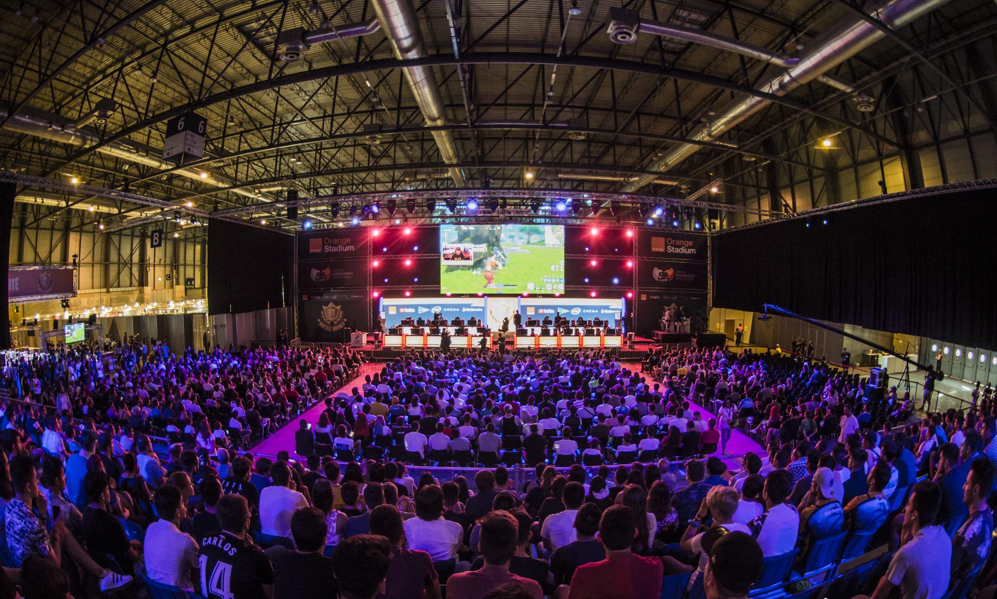 """La décima edición de Gamergy alza el telón con el mejor programa de contenidos de su historia - La décima edición de Gamergy, el mayor evento de España de e-sports organizado por LVP (Grupo MEDIAPRO) e IFEMA Feria de Madrid, alza el telón esta tarde (16:00 horas) con el programa de contenidos más completo de su historia. Gamergy volverá a ser el punto de encuentro para la comunidad gamer y, en concreto, para los amantes de las competiciones de videojuegos.Dentro de ese programa destacan las finales de la Superliga Orange de CS:GO y de Clash Royale, la jornada presencial de League of Legends, el torneo internacional Gamergy Masters de Brawl Stars y, como gran show de apertura, el Stars Battle Royale que volverá a reunir sobre el escenario de Gamergy a los 100 YouTubers más famosos del mundo en lengua hispana.""""Cuando nació Gamergy en 2014 nos propusimos que se convirtiera en el encuentro indispensable para los fans del gaming y los e-sports. Sin duda que en estos seis años lo hemos conseguido. Y la décima edición es la guinda del pastel, con multitud de actividades diferentes para los fans de las competiciones de videojuegos"""", explica Sergi Mesonero, responsable de Relaciones Institucionales de LVP.Un conjunto de actividades que, según el Director de GAMERGY, Asier Labarga, """"tiene en la Feria de Madrid el mejor escenario para su celebración con las mejores garantías de éxito"""". Asimismo, en el recinto ferial de IFEMA no faltarán durante los tres días de evento algunas actividades clásicas de GAMERGY como el Maratón o el Takis Reta al Gamer, así como algunas novedosas como el King of the Hill, en el que los asistentes tendrán la oportunidad de ponerse a prueba en diversos juegos y llevarse a casa un montón de premios. De hecho, ese es otro de los segmentos que han aumentado en GAMERGY: la bolsa de premios superará los 100 mil euros y será la más cuantiosa de la historia.Territorio de competición, del viernes 21 de junio al domingo 23 de junio habrá un inmenso espacio de"""