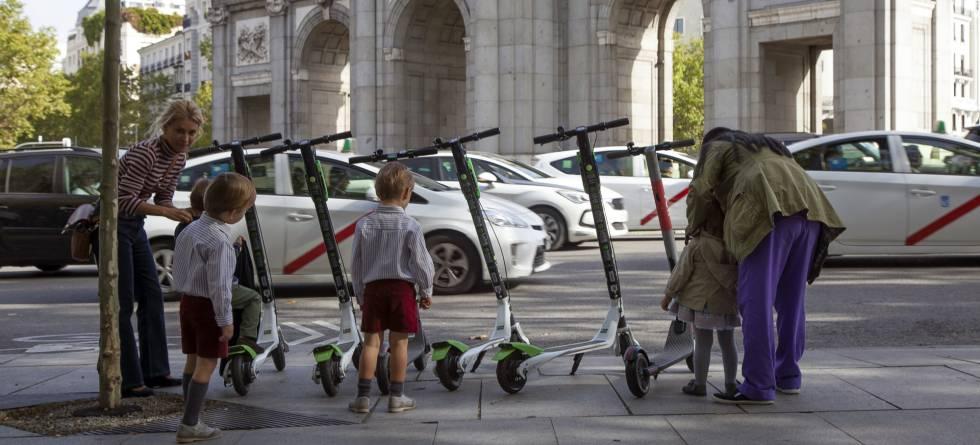 Cabify se suma al negocio de los patinetes eléctricos compartidos - 9/11/2018. El País. Cabify pretende poner en circulación 20.000 patinetes eléctricos en 2019 entre España y LATAM. Lo hará con su filial Movo, fundada a finales del año pasado y con la que ya gestiona moto-sharing en Madrid.Cabify se une así a las múltiples alternativas de patinete compartido que han aterrizado en Madrid como Bird, Wind, Voi o Lime (participado por Uber).