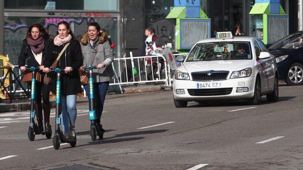Guerra del Ayuntamiento de Madrid a los patinetes eléctricos - 6/12/2018. 20Minutos. El Ayuntamiento de Madrid ha limitado a un total de 10.000 el número de patinetes eléctricos que se podrán alquilar en la ciudad y pone tope también el despliegue de estos vehículos por cada barrio tras retirar ayer el permiso para prestar este servicio a tres empresas, VOI, Wind y Lime, que tienen 72 horas para sacar sus vehículos de las calles.