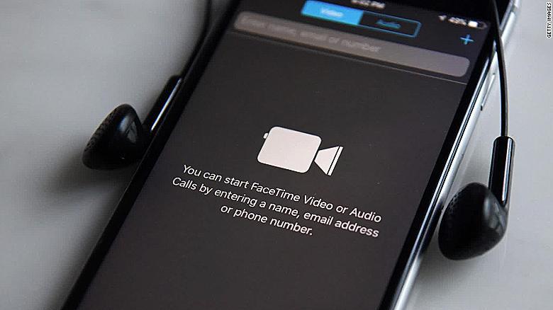 Un bug de FaceTime permite escuchar y ver a la otra persona antes de que conteste. - 29/1/2019. El fallo afecta a los dispositivos con iOS 12.1 o superior y funciona llamando a una persona y antes de que descuelgue hay que añadirse a uno mismo a una llamada en grupo. Apple ha prometido un parche esta semana y FaceTime para grupos ha quedado totalmente desactivado de forma remota por parte de Apple hasta que llegue el parche.De momento deberías desactivar FaceTime en: Ajustes > FaceTime > Desactivar.