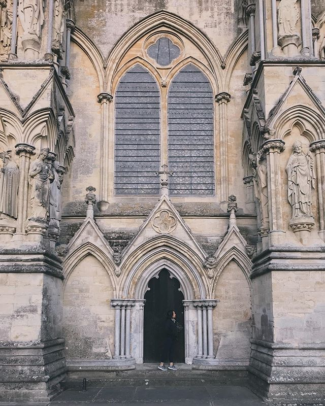 ... and with that (see prior post 🔙), here's me admiring the architecture behind the #SalisburyCathedral. Fun fact - this cathedral has the tallest church spire in the UK!