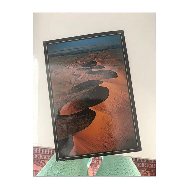 Aujourd'hui j'ai reçu une carte postale. Touchée par l'image et la beauté du geste. Le désert de Namibie dans mes mains. Son silence est venu me dire quelque chose. Je me souviens de cette sensation délicieuse d'être enveloppée par la lumière et de sentir la force de la Terre. Je suis à Paris, dans le bruit et la pierre difficile parfois d'y voir la beauté, je te remercie @manonscherr.