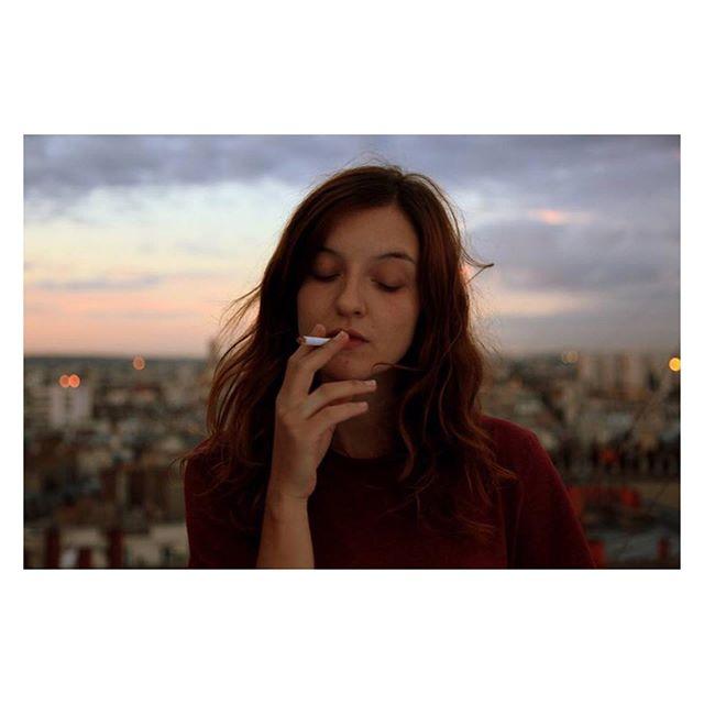 7 Septembre 2014. Sur le toit de mon appartement avec mon amie Léa et sa cigarette. Doux moment suspendu au dessus de la ville. On y allait pour prendre de la hauteur, s'extraire du monde et se retrouver un peu avec le ciel. Cette photo fait partie d'une série que j'avais présenté à l'examen d'entrée de l'Insas, l'école de cinéma de Bruxelles. A cette époque je croyais qu'il fallait passer par une école pour faire du cinéma, être légitime et s'autoriser à réaliser un film un jour. Je n'ai pas eu le concours. Les années ont passé et j'ai appris autrement. A mon rythme. En devenant ma propre école. C'est maintenant que je peux voir les bienfaits de ce que je croyais être un échec. Les moments de doute et d'instabilité m'ont permis de mieux me connaître, d'affiner mon regard, de préciser mon désir. Le temps m'a donné l'occasion de faire mes expériences, de mieux cibler ce qui m'anime, de lâcher la tête et de laisser le coeur parler et battre plus fort encore. Cet échec a été une chance.  #créativité #coeur #echec #chance #coupdepoker