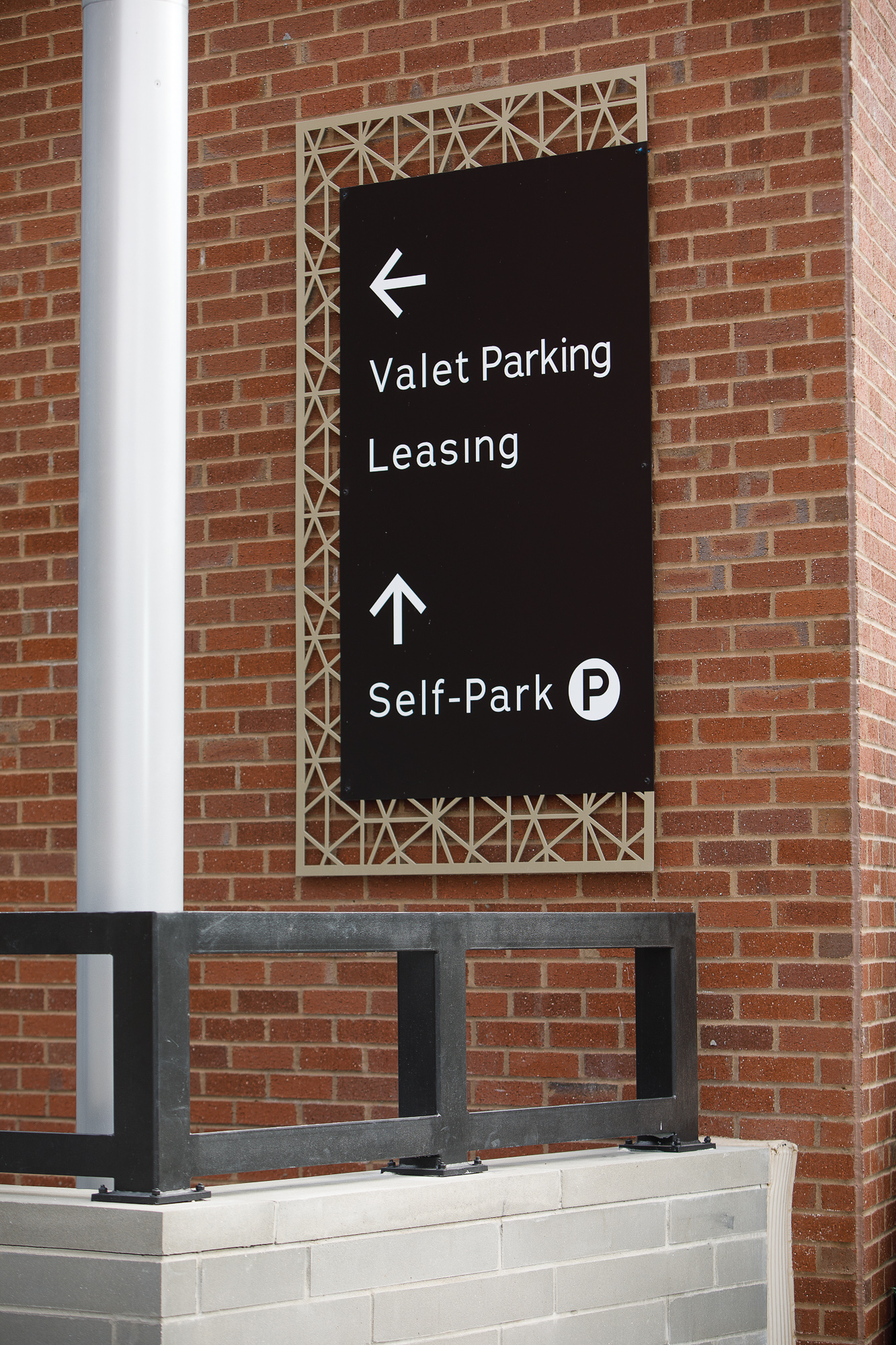 Vertis-Green-Hills_wayfinding-signage_valet-leasing-self park_MG_5868_small 2000 px.jpg