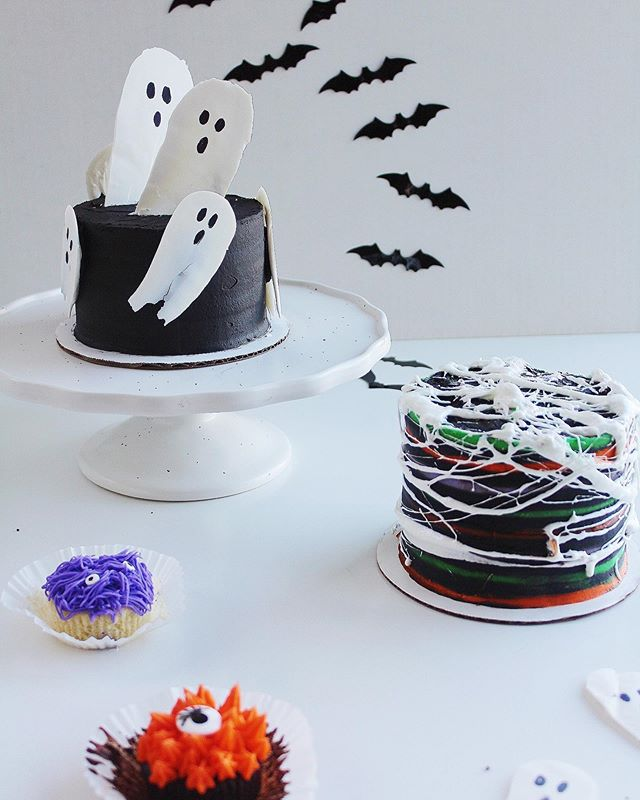 Halloween is NEXT WEEK! 🎃👻🕷🕸🧙🏼‍♀️ Swipe left to see some incredibly easy and spooktacular ways to decorate yummy treats using melted marshmallows or Wilton candy melts. . . For the ghosts ~ melt Wilton candy melts and drop a spoon full onto parchment paper. Take the spoon and spread the candy melt downward to create a little ghost shape. Once it has hardened flip it over to the smooth side and draw some eyes and a mouth with an edible ink pen 👻 . For the spider webs ~ melt down marshmallows and using your hands spread them out on top of icing that has been in the fridge and become firm🕷 . . #halloween #spookyseason #thewoodenspooncakery #cakedecorating #cupcakes #ghost #spiderweb #cakery #smallbusiness #wiltoncakes #food52 #foodvideo #cakedecoratingvideos #spiderwebcake #ghostcake #foodphotography #buttercream #cake #cakecakecake #washingtondc #dccakes #dcfoodies #smallbusiness