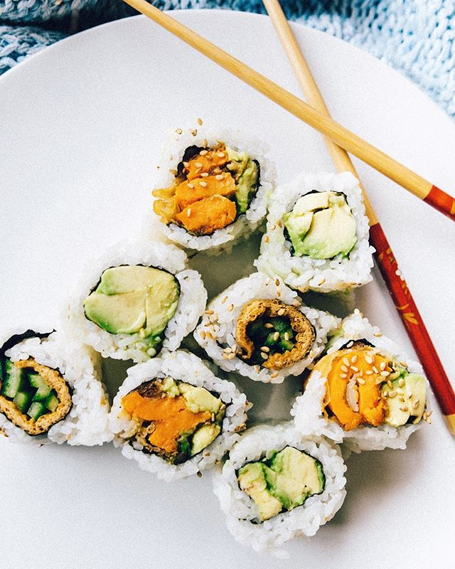 What's your favourite type of #sushi? 🥑🥢 Mine is sweet potato and avocado, plain avocado (or with cucumber) and most recently the inari roll which is bean curd 🤤 have you tried before? SO GOOD! #vegansushi #vancouvereats