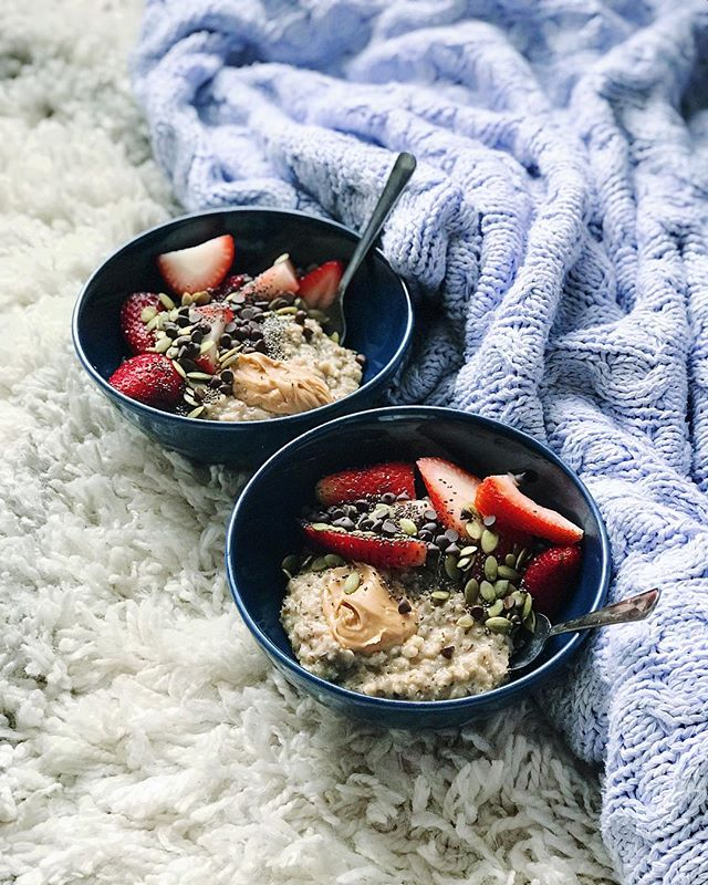 Good morning ✨ today I had the most comforting bowl of oatmeal. Here is the recipe (makes 2 servings): - What you'll need: - 2 cups soy milk - 1 cup rolled oats - 1/4 tsp cinnamon - 2 tbsp ground flax - 1 tbsp maple syrup - Sliced strawberries - Dairy-free chocolate chips - Pumpkin seeds - Chia seeds - Your favourite nut butter. I use almond or peanut  Directions: 1. Bring the soy milk to a boil in a small pot. 2. Once boiled, reduce the temperature to medium heat and stir in the oats. 3. Let cook for 5 minutes. While its cooking stir in the cinnamon and ground flax. 4. Once it's thickened up, remove from heat and stir in the maple syrup. 5. Distribute into bowls and tops with sliced strawberries, choc chips, pumpkin seeds, chia seeds and nut butter. Enjoy 💫