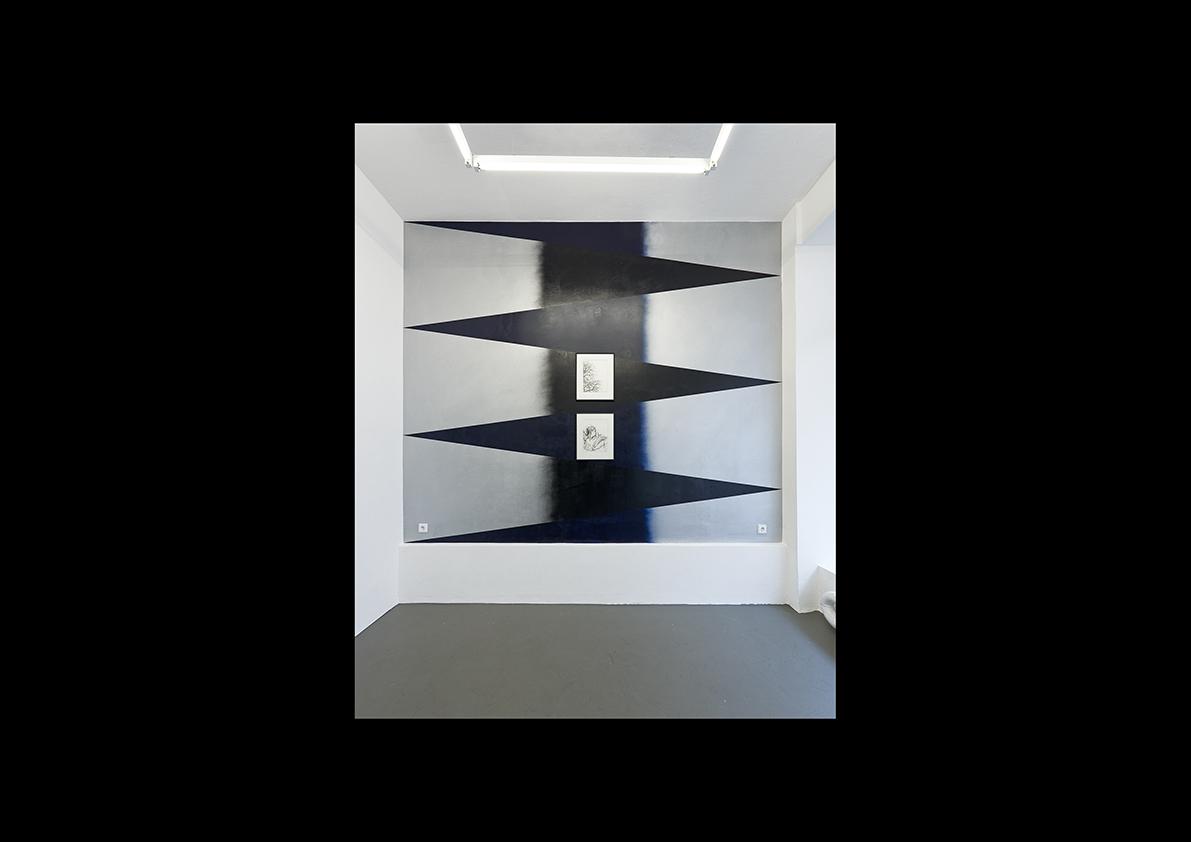 """Vortex (Windsäule), 2014  Dispersion und Lackspray auf Wand, 312 x 366 cm/ Zeichnungen: """"Winter""""-""""Isabelle"""" 2013 schwarze Kreide auf Papier, 45,5 x 37 cm"""