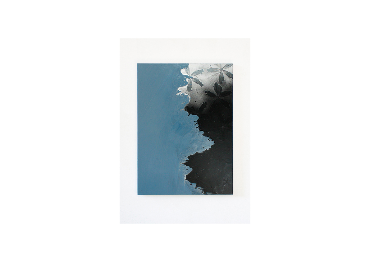 ohne Titel, 2013    Lackspray auf Baumwollstoff 110 x 80 cm