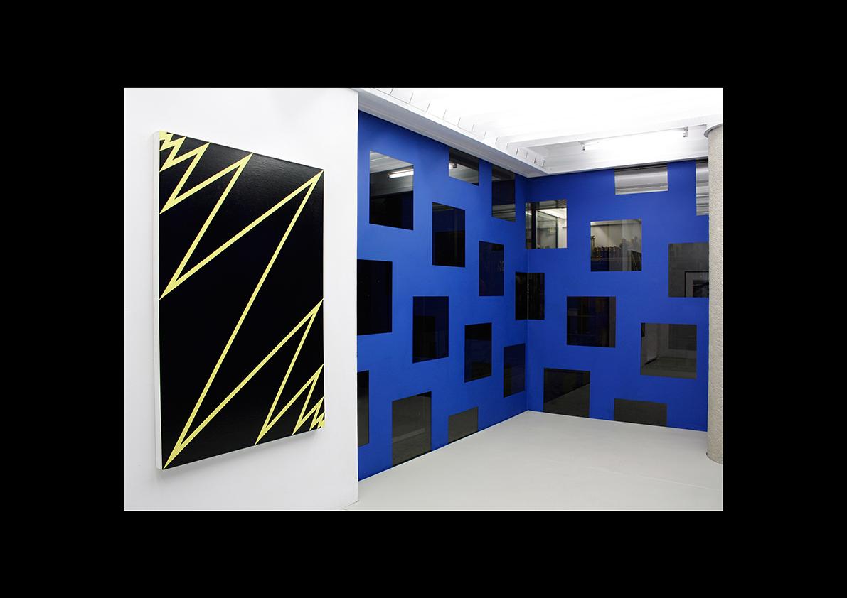 Diplexer, 2011 Mehrwert Aachen  Acrylfarbe auf Glas, Innenansicht 160 x 772 cm/ Lightning, 2009 Lackspray auf Baumwollstoff 90 x 60 cm