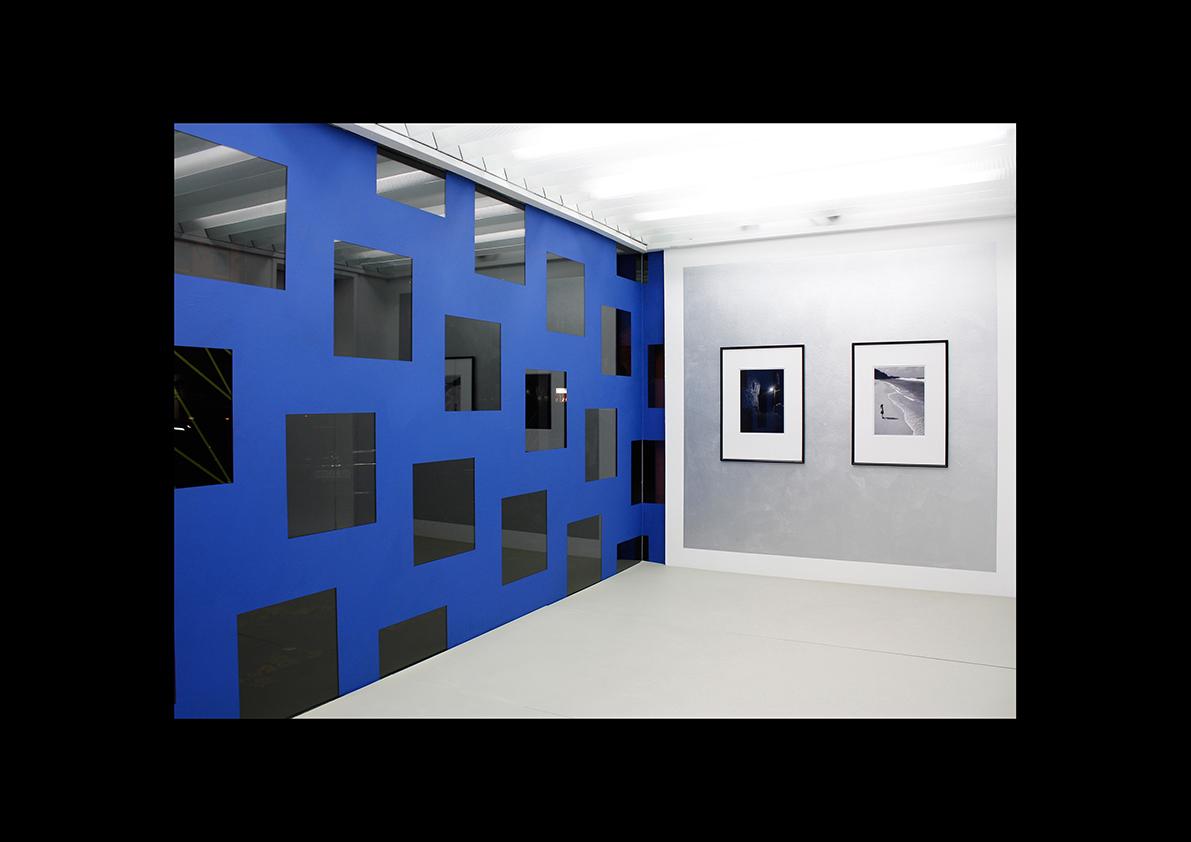 Diplexer, 2011 Mehrwert Aachen  Acrylfarbe auf Glas, Innenansicht 160 x 772 cm/ Fotografien auf Wandmalerei