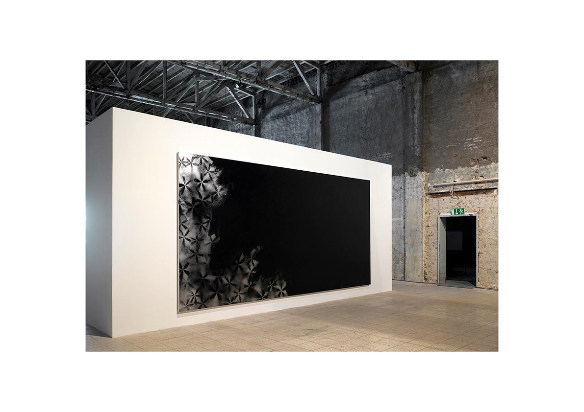 Camino Recto, 2007    Lackspray auf Baumwollstoff 250 x 500 cm/ freistehende Wand 325 x 700 x 125 cm