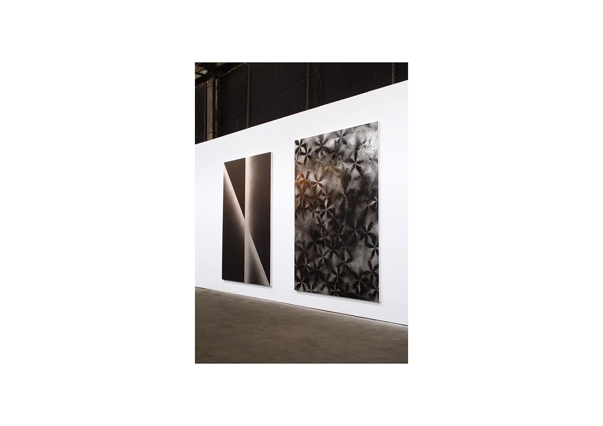 Berliner Kunstsalon, 2005    Ohne Titel, 2005 Lackspray auf Baumwollstoff 220 x 150 cm/ 230 x 165 cm (v. l. n. r.)