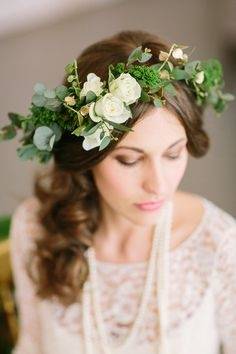 3f18e774bcc4d622c43337bc8e53eb8d--wedding-hair-flowers-floral-wedding.jpg
