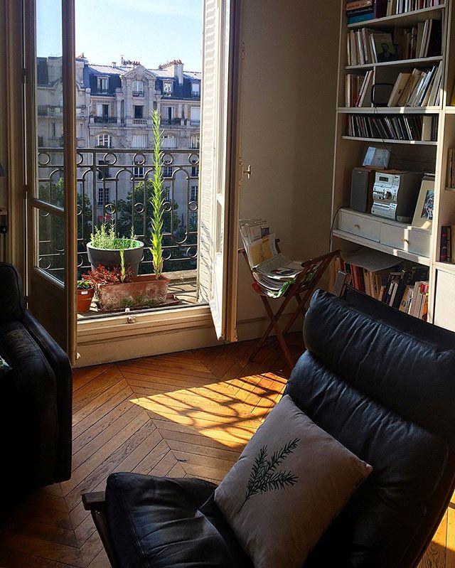 chez Lise, la lumière matinale et des livres