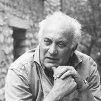 Biographie - Antoniucci Volti, pseudonyme d'Antoniucci Voltigero, est un sculpteur, dessinateur et lithographe français d'origine italienne, né le 1er janvier 1915 à Albano Laziale et mort le 14 décembre 1989 à Paris.Sa sculpture de tradition figurative s'inscrit dans la lignée d'Aristide Maillol (Les Trois Grâces en particulier). Toute son œuvre glorifie la femme et son corps :« Ce qui m'enchante dans un corps de femme, ce sont les rythmes et les volumes. »