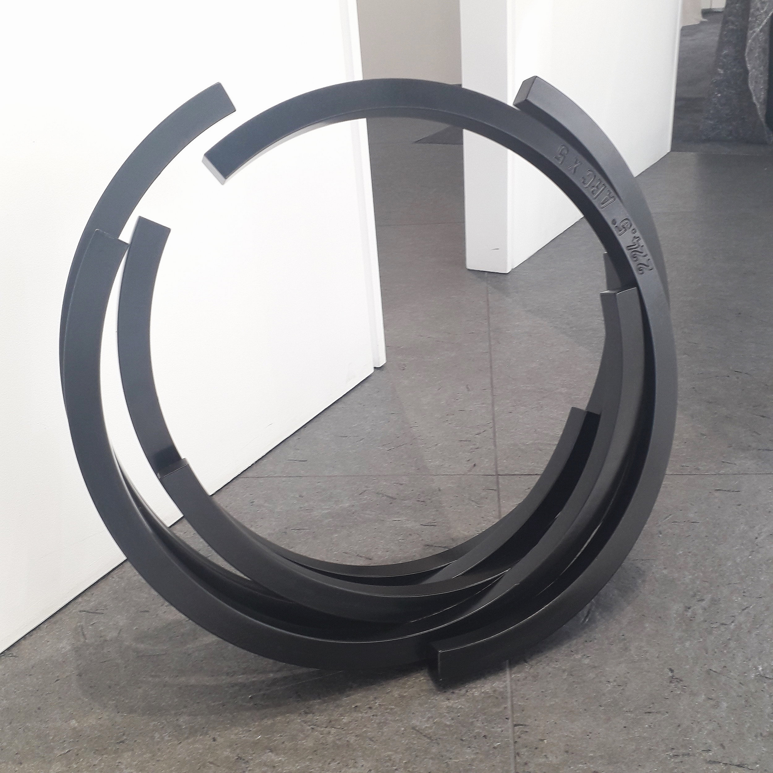 """"""" 224.5° Arc x 5"""" (2002)   Aluminium peint, 13 x 57 x 54 cm"""