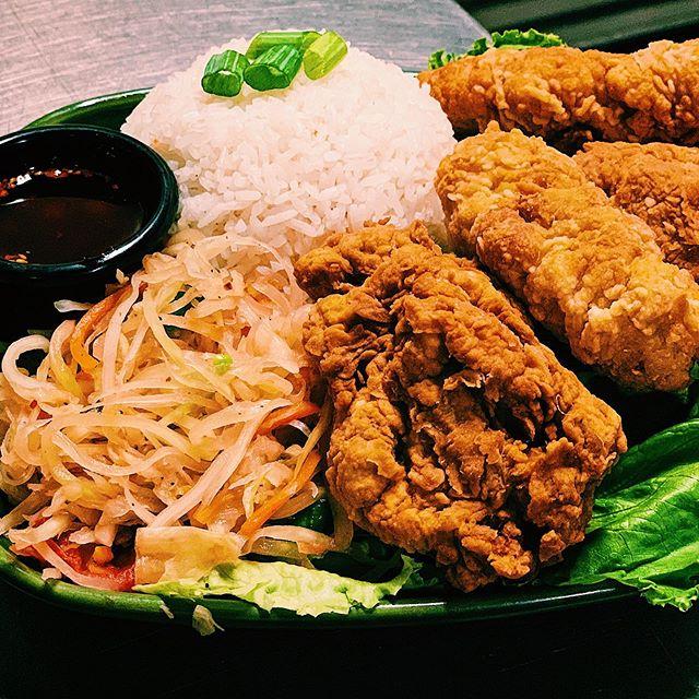 i love it when u call me big papa(ya)  ____________________________________________  last chance to get our papaya salad & fried chicken or seitan special - ends tomorrow✌️ . 📷: fried housemade seitan, vegan papaya salad, hot chili oil with peanuts & jasmine rice