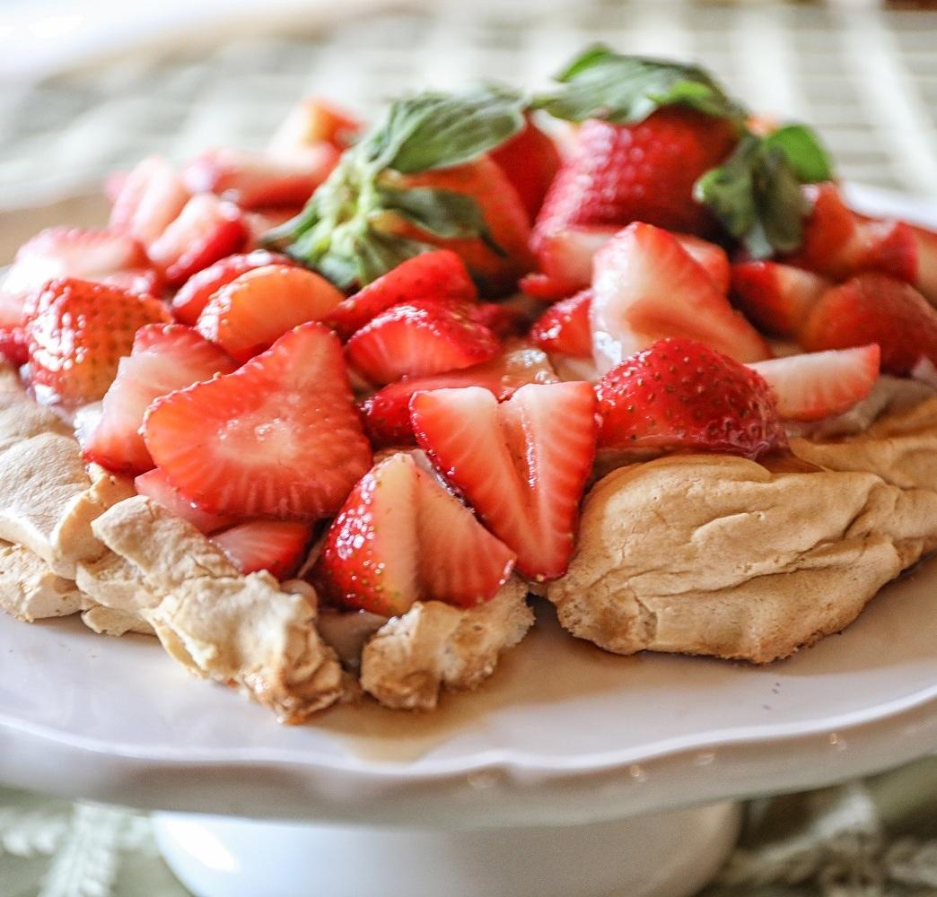 strawberries-pavlova-crust.jpg
