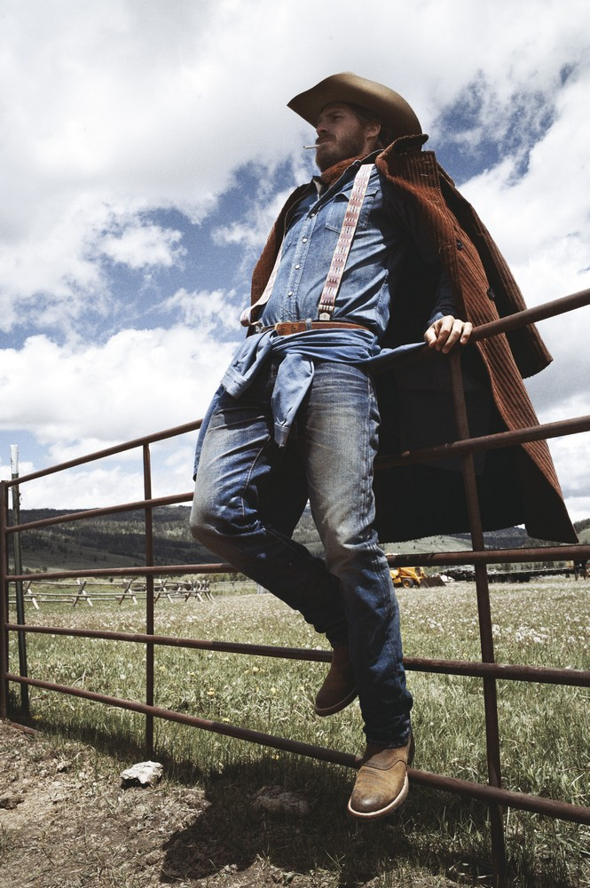 Corduroy coat MASSIMO PIOMBO, denim shirt POLO RALPH LAUREN, cotton work jacket and bandana KILIWATCH, cotton t-shirt PENDLETON, denim jeans RISING SUN, hat STETSON, suspenders LES MAUVAIS GARÇONS, boots FRYE