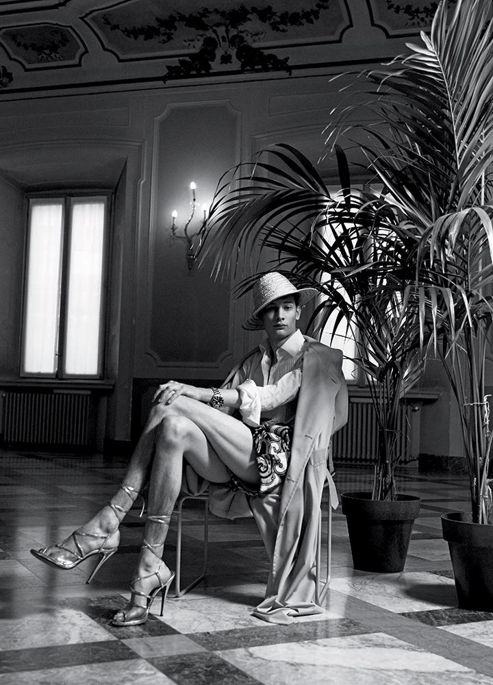 Gabardine oversize trench MAISON MARGIELA, cotton tuxedo shirt DUNHILL, cotton liberty print shorts ETRO, pelagos watch TUDOR hat and shoes, stylist's own