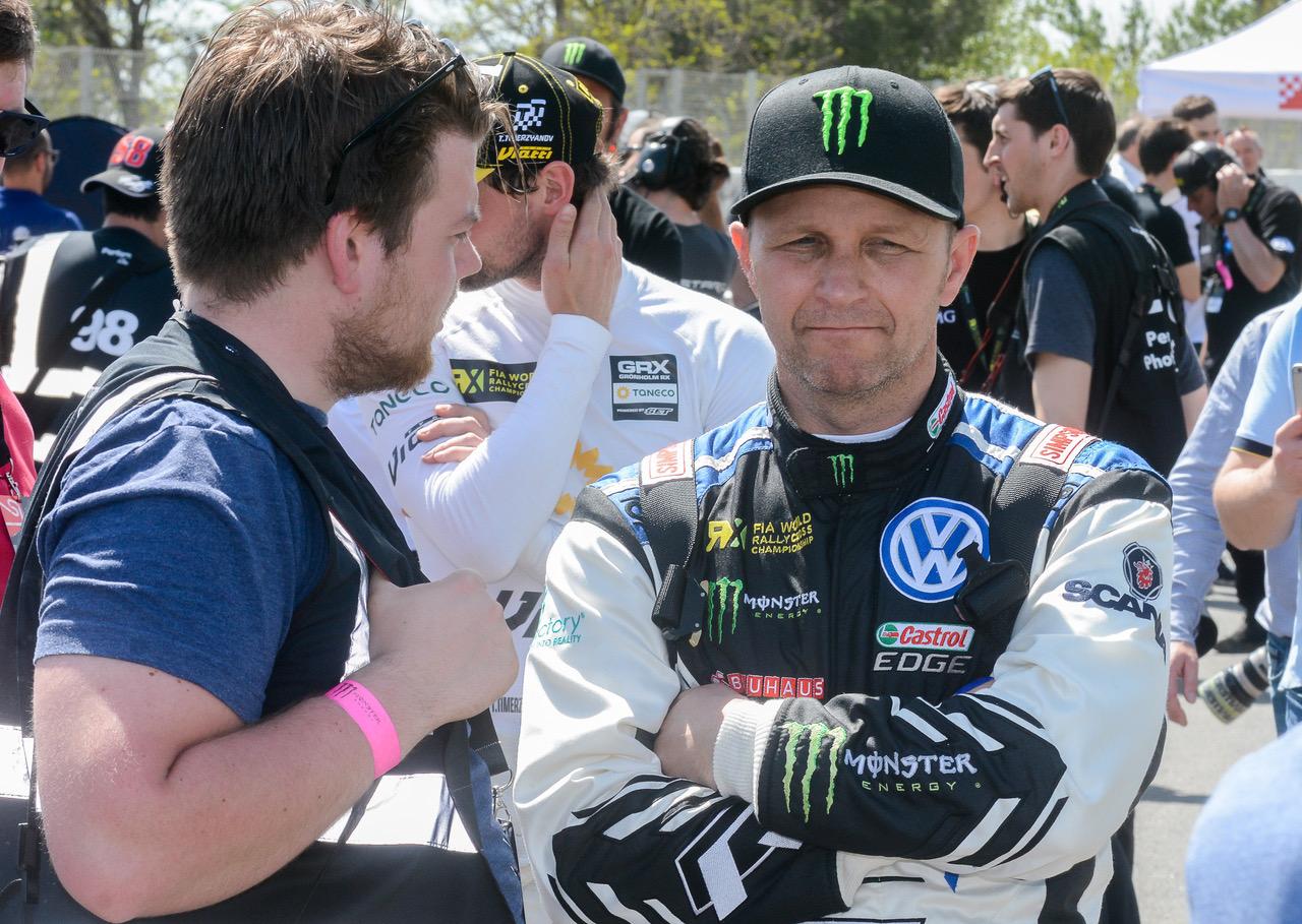 Simen Næss Hagen, her i samtale med Petter Solberg i forbindelse med den spanske VM-runden i rallycross i 2018. Foto: Øystein Sørensen / Smaalenenes Avis