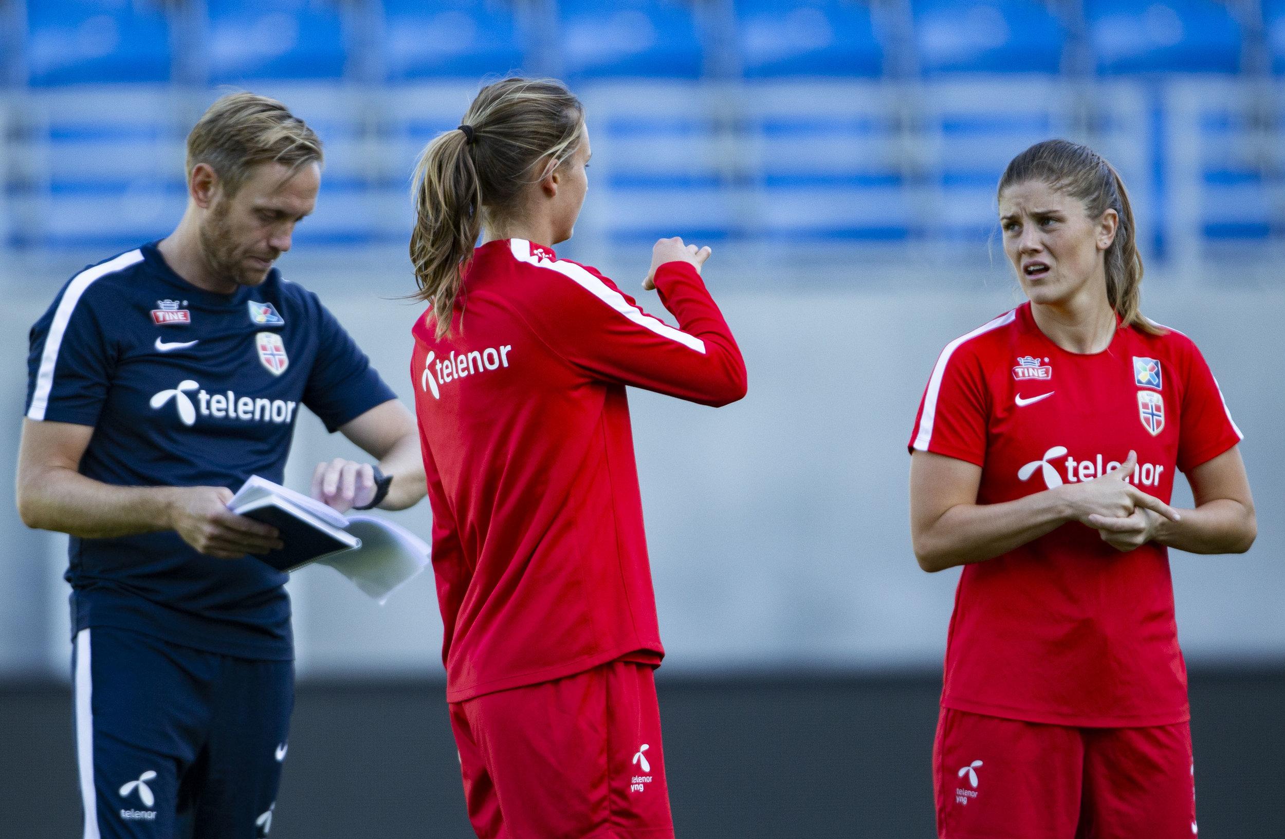 Landslagssjef Martin Sjögren sammen med Caroline Graham Hansen og Maren Mjelde. FOTO: Geir Olsen/NTB scanpix
