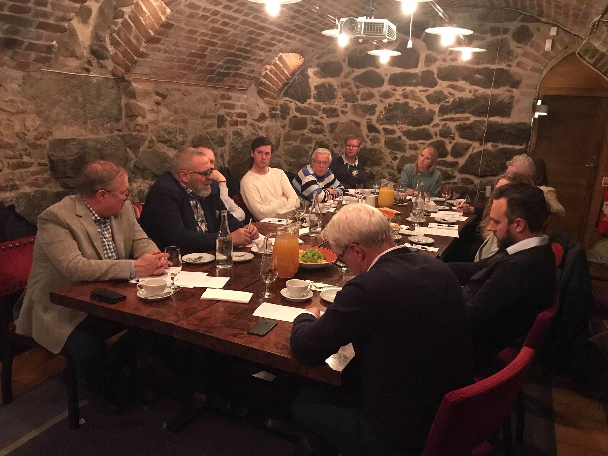 Det nordiske møtet ble holdt i Pressklubben i Stockholm sentrum. Sveriges Lisa Edwinsson ved enden av bordet, ledet møtet. FOTO: Gunnar Grindstein