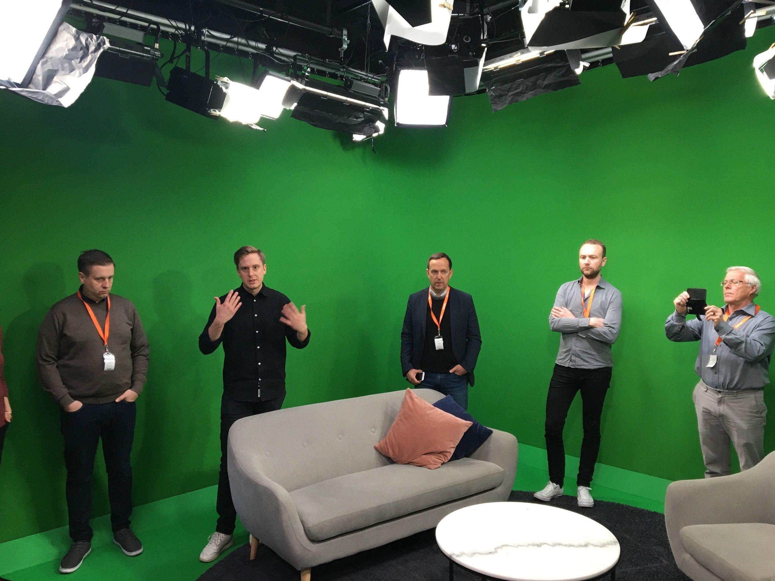 På besøk i Expressens studio. Fra venstre Eirikur Asgeirsson (Island), Martin Heinius (sportssjef Expressen tv), Gunnar Grindstein (Norge), Daniel Rooth (Sverige) og Flemming Olesen (Danmark). FOTO: Reidar Sollie